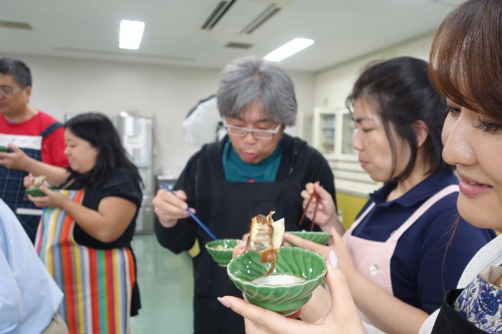 02_赤貝餃子を食べて笑顔_min