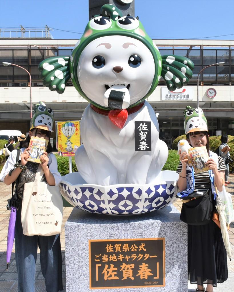03_佐賀春像と記念写真を撮るファン